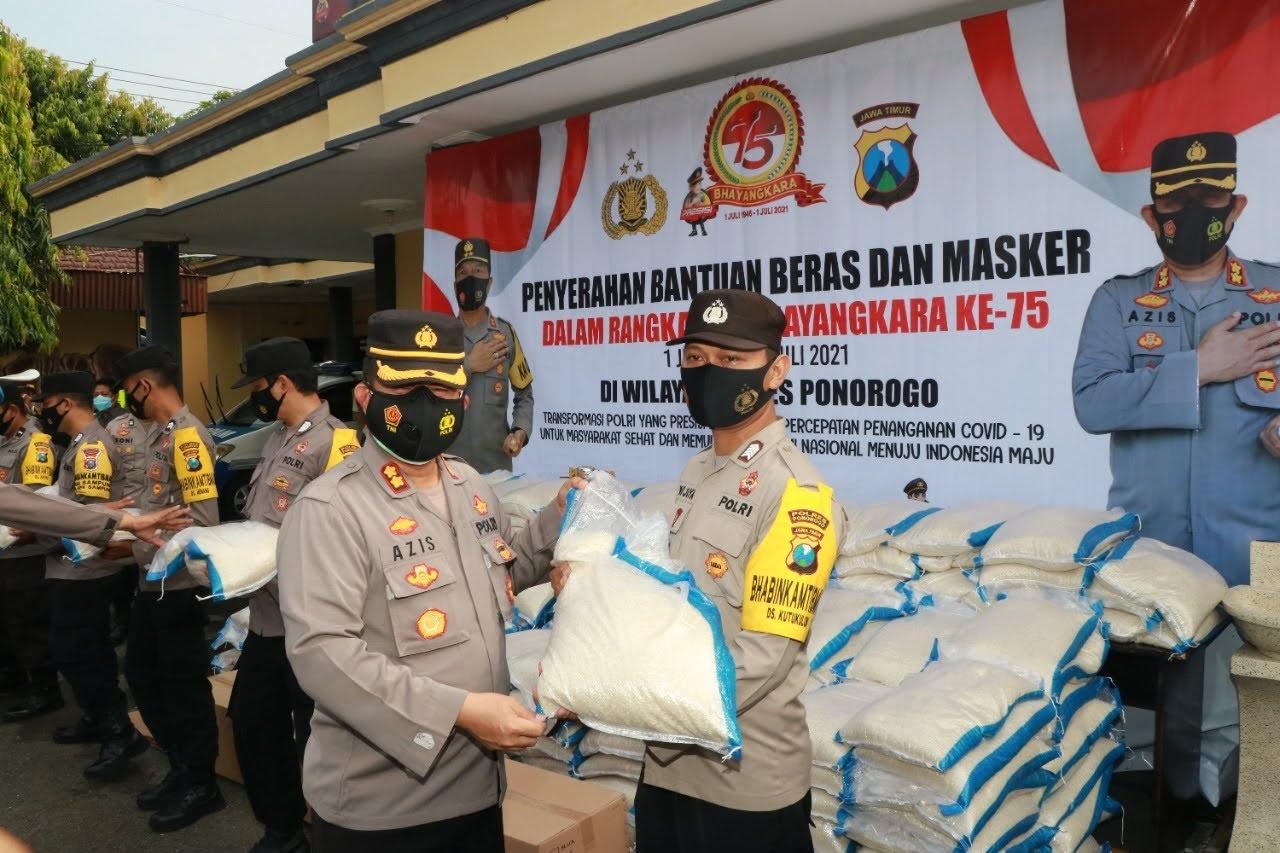 Polres Ponorogo Distribusikan Bantuan 6 Ton Beras Dan 4000 Masker Kepada Warga Terdampak Covid-19