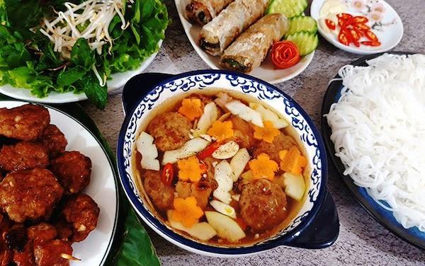 Chả viên thả vào mắm ăn kèm bún đúng chuẩn người Hà Nội