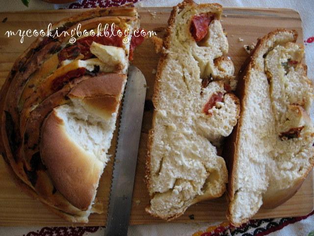 Хляб с чесън, босилек, мариновани домати и сирене