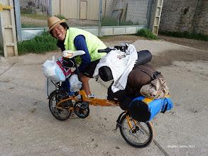 Photo: Un Coréen du sud avec sa drôle de machine
