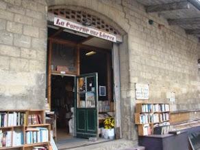 Photo: Domingo de libros, domingo de Ruta librera. Hoy viajamos a Auvers Sur Oise, a unos 30km de París en Francia a conocer La Caverne aus Livres Dicen que la especial luz que recibe este lugar durante las últimas horas del día, atrajo a Van Gogh hacia ella y muchos son los turistas que se acercan a este lugar precisamente por ello, por recorrer las mismas calles e incluso conocer la posada Ravoux. El pintor, como tantos otros nombres del mundo cultural, acudía a la estación a recoger los envíos que le llegaban, y hoy somos nosotros los que nos podemos acercar a ella, pero por un motivo muy diferente. Hace 25 años el padre del actual librero, un hombre con un reconocido amor por los libros, decidió comprar la estación postal y hacer de ella una librería de las más visitadas de la zona. La estación, cuyo exterior no da pistas del tesoro que hay tras su puerta, se ve completada por los dos vagones que siguen estando allí para deleite de los amantes de la letra escrita. Son incontables los títulos que un aficionado puede encontrar en este lugar que da fiel testimonio de eso que decimos los lectores: se viaja leyendo. No cabe duda que es un lugar que merece la pena ser visitado. Estoy segura de que si lo hacéis, encontraréis tesoros entre los raíles. Fotografías: http://mes-loisirs.over-blog.com