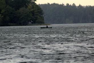 Photo: Ein Ruderer auf dem Großensee versucht bei einem aufkommenden Sturm und Unwetter in einen geschützten Bereich zu gelangen