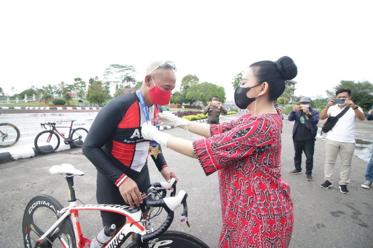 Kedatangan Kalbar Cycling Marathon 2021 Disambut Bupati Karolin