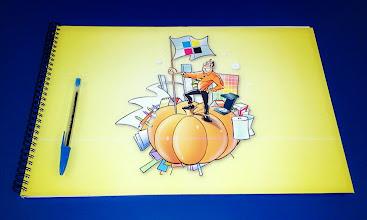 Photo: Caderno grande. Ver comparativo com a caneta sobre ele.
