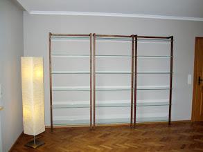 Photo: Unsere Aktenregale QUADRA aus Massivholz Nussbaum (Art-Nr. 6118) im Wohnzimmer einer Kundin.