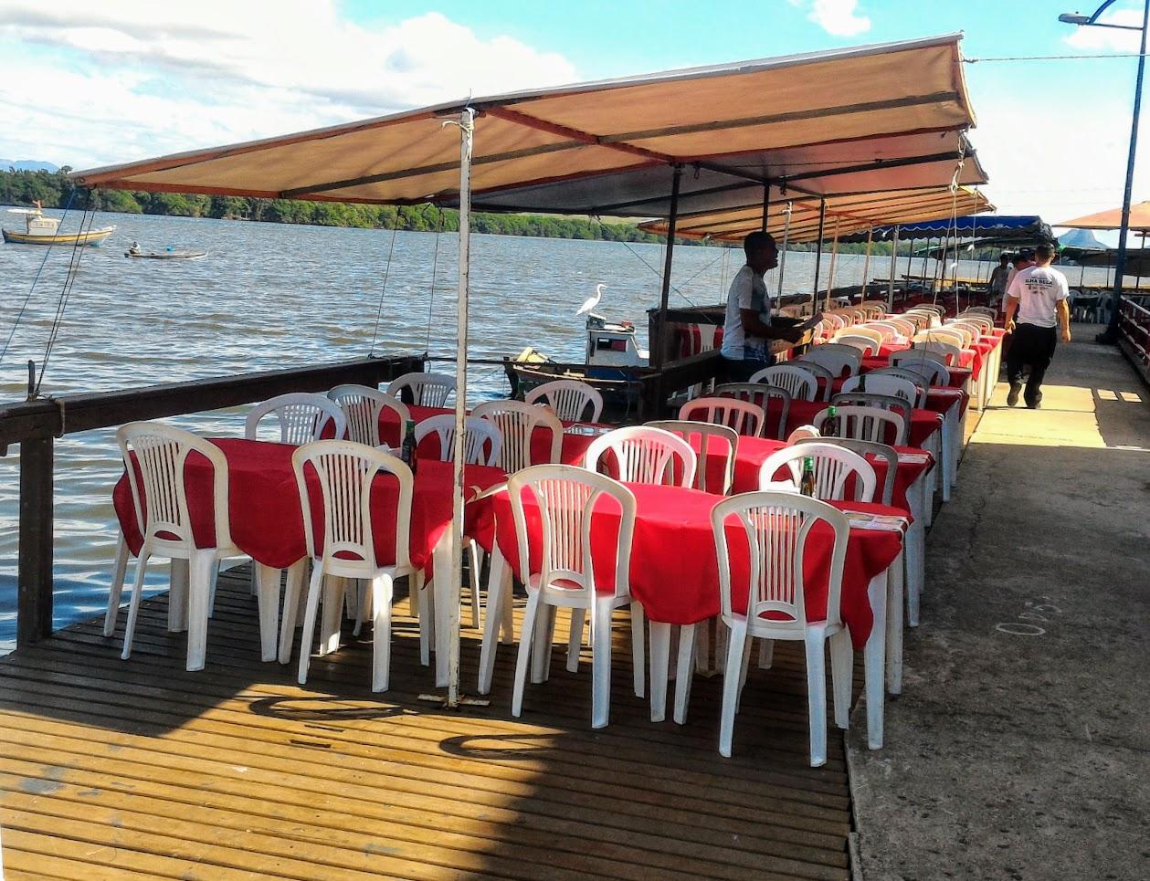 Mesas dos restaurantes da Ilha das Caieiras
