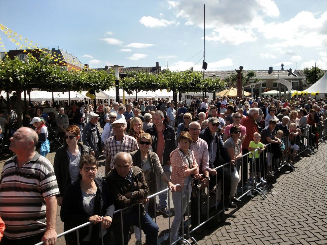 Publiek bij de finish op het Wilhelminaplein