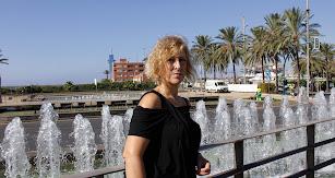 La prestigiosa diseñadora Rosalía Zahíno ante la fuente de los 103 pueblos.