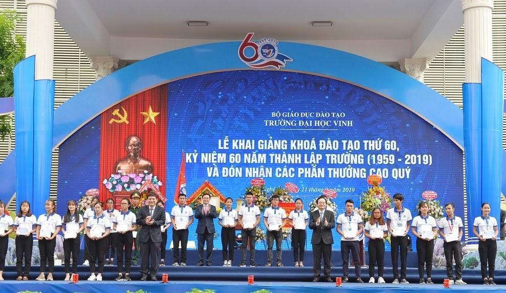 Các đồng chí lãnh đạo Trung ương và địa phương trao học bổng cho các sinh viên xuất sắc.