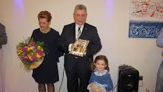 Isabel García Guirado y José Luis Cantón junto a su nieto mostrando la foto dedicada del alcalde de Almería.