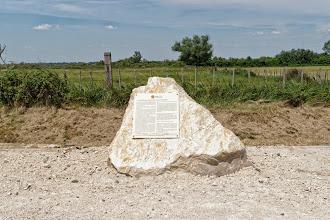 Photo: Posé cette année, ce panneau informe les visiteurs sur l'histoire du camp de Saliers...