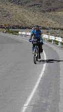 Photo: Subiendo los 56 km. al salir de Puquio Nazca-Cusco en bici 30-Jun. al 07-Jul. (2012)
