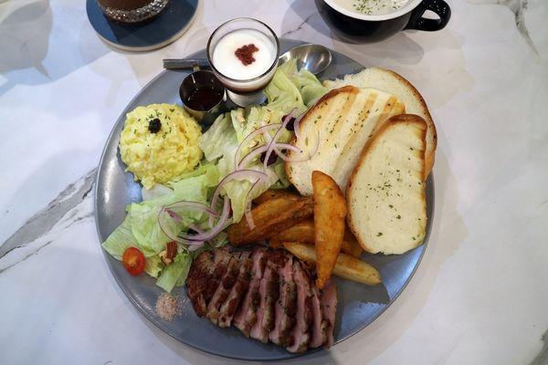 文藻商圈最美的早午餐義大利麵店=夏佐廚房=不僅裝潢好美,適合拍照!更是以精緻美味的餐點提供給美食評鑑者的你們=