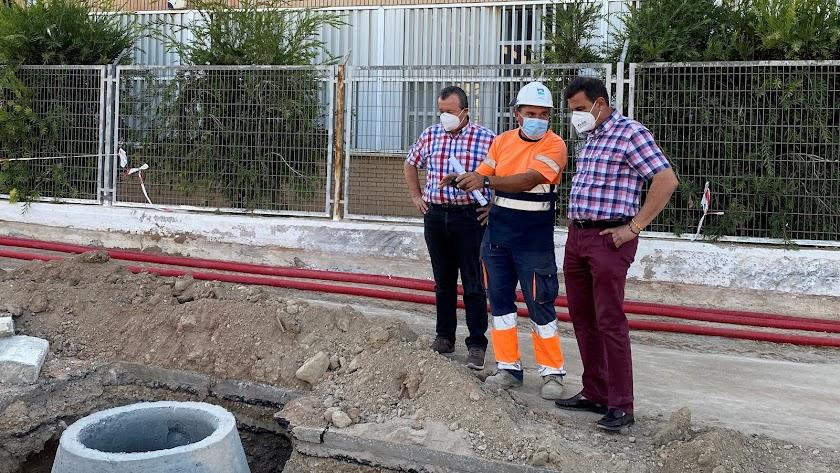 El alcalde y concejal de Urbanismo visitan las obras del corredor peatonal.