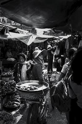 Tra i tendoni del mercato di Phnom Penh di Migliu
