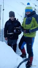 Photo: Kluci pri skúmaní snehového profilu