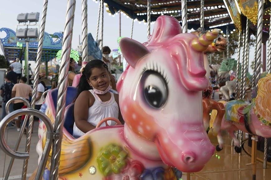 Caterina, de 6 años, aprovechó el viernes para ir a la feria y montarse en sus atracciones favoritas