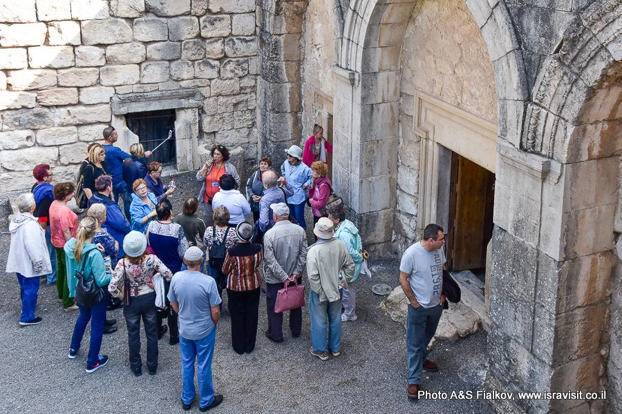 Экскурсия в Бейт Шеарим у входа в пещеру саркофагов. Гид по Израилю Светлана Фиалкова.