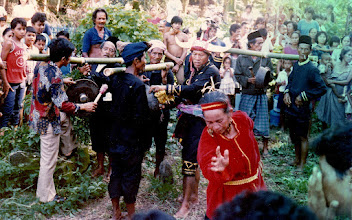 Photo: Peringatan 40 hari wafatnya Andi Bau Alamsyah Djemma  BaruE Datu Luwu ke-37 di Pekuburan Lokkoe, Palopo, 29 Oktober 1988 oleh masyarakat adat Rongkong, Kabupaten Luwu. Masyarakat adat Rongkong terkenal dengan budaya dan kesenian beraneka ragam, sebahagian telah mendekati kepunahan. http://nurkasim49.blogspot.com
