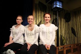 Photo: Päällystakki sai ensi-iltansa helmikuussa 2012. Kuorossa vasemmalta Iida Vanhala, Pauliina Ylipuranen ja Petra Pohjanrinne. Kuva: Sanna Siira.