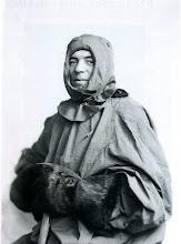 Photo: Frank Hurley : fotógrafo australiano de la expedición. Aquella sería su 2ª visita a la Antártida, ya que había documentado una expedición dirigida por su compatriota Douglas Mawson. Hurley estaba especialmente dotado para las situaciones más difíciles y era capaz de soportar las peores condiciones para captar una buena imagen.