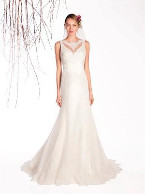 Robe de mariée Elaine, sans manches avec un joli décolleté v par transparence, près du corps avec des appliques de dentelle