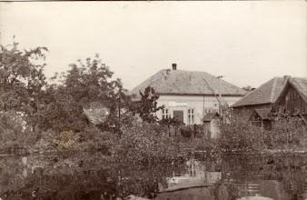 Photo: Felső utca a Tontúlról nézve, a nagykocsma és vasas üzlet