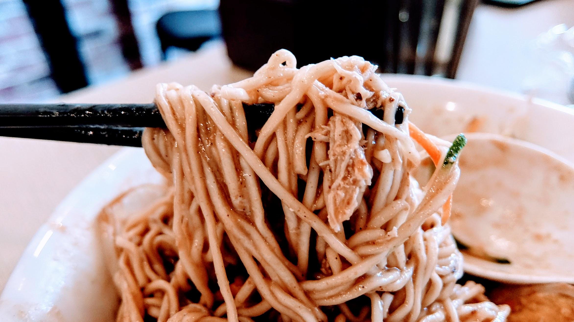 麻醬的醬汁很多,足夠攪拌整碗麵,且這次點的細麵都有吸附湯汁...