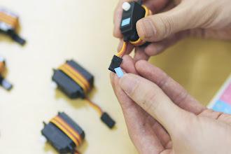 Photo: サーボモータとそのコネクタに同じシールを貼って下さい。