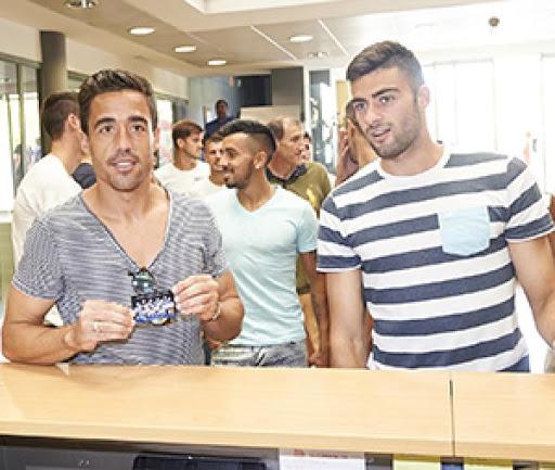 Los jugadores se hacen abonados del real zaragoza en el club for Oficinas real zaragoza