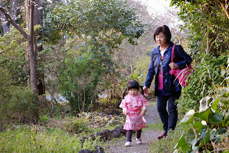 Photo: Taking a walk in the forest trail behind the hotel 旅館後方的小森林步道