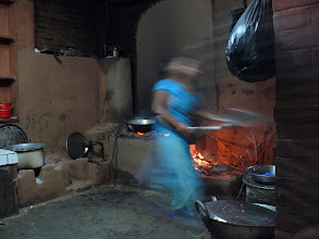 Photo: Activiteiten in de keuken van het restaurantje waar we eten onderweg.