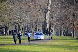 Photo: Die Polizei im gut besuchten FFH-Rosensteinpark auf ihrem Parkour der Parkwege