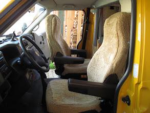 Photo: Lammfelle (ersetzen die Sitzheizung) haben wir schon zwei Garnituren (in vier VW-Bussen) verschlissen. Die Sitze (immer die gleichen in den vier Bussen) und ihre Bezüge sind unversehrt.