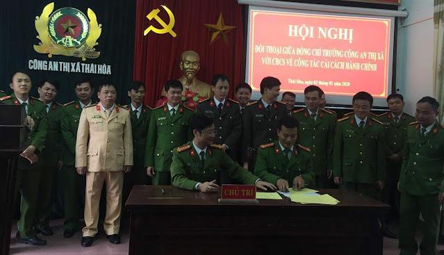 Ký cam kết thực hiện nhiệm vụ CCHC giữa chỉ huy các đội, Công an các phường, xã                         và các tổ chức đoàn thể với đồng chí Trưởng Công an thị xã
