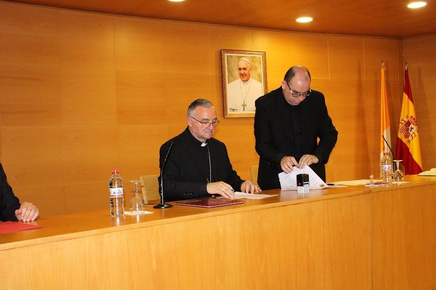 El obispo firmando los nombramientos del vicario general y el vicario episcopal de pastoral.
