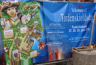 """Photo: 3-Tage-Spektakel zu Ehren des größten Sohnes der Stadt: Peter Wessel, geadelt als """"Tordenskiold"""" (""""Donnerschild"""")  Mit seinen Husarenstücken als Kaperkapitän machte sich der junge Wessel im Großen Nordischen Krieg gegen die mächtigen Schweden (1700-1720) einen großen Namen. Das Idol einer ganzen Generation und der Schwarm der Mädchen starb mit nur 30 Jahren bei einem ominösen Duell bei Hildesheim. Zu den Tordenskioldtagen gehört auch eine nachgestellte Seeschlacht gegen die Schweden im Hafen von Frederikshavn. Ihr konnten wir leider nicht beiwohnen. Mehr unter:  http://www.skagen-tourist.dk/de/nordjuetland/geschichte/tordenskiold-tage-frederikshavn"""