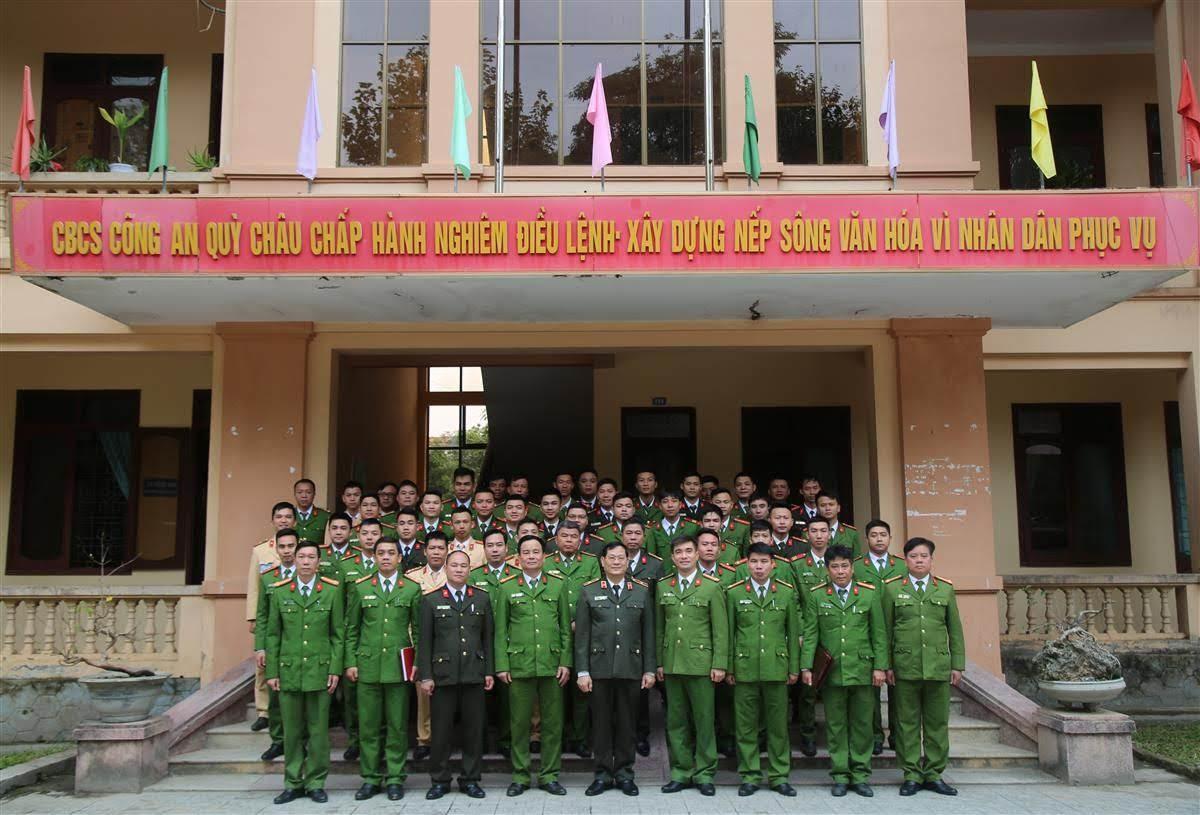 Đoàn công tác của Công an tỉnh chụp ảnh lưu niệm cùng tập thể lãnh đạo và CBCS Công an huyện Quỳ Châu