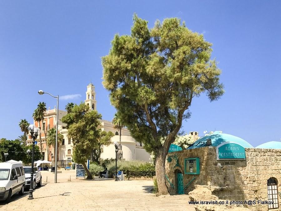 Церковь святого Петра на площади Кдумим. Экскурсия в Яффо, Израиль.