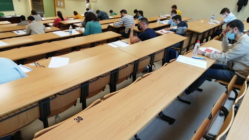 Opositores durante un examen de este año.
