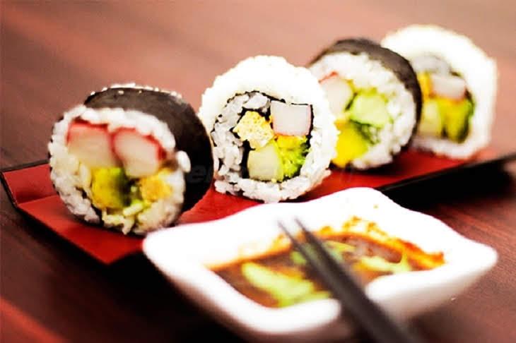 Hướng dẫn chi tiết cách làm Sushi dễ nhất quả đất cực ngon