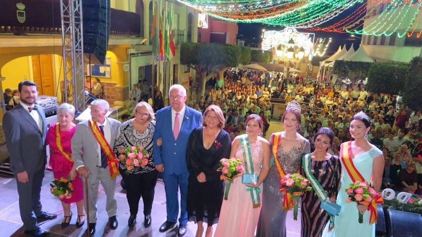 La alcaldesa y el pregonero junto a la Reina de las Fiestas y homenajeados.