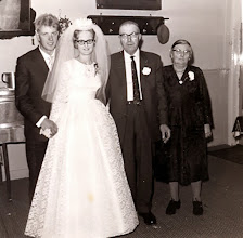Photo: Ep en Janny Mennega-Rademaker met opa en oma Bruins
