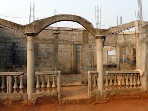 Photo: des aides amicales lui ont permis de construire un grand début de maison, pour sa retraite...???