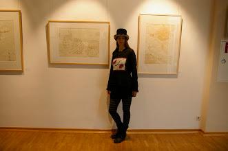 """Photo: Doreen Wolff vor ihren neuesten Arbeiten in der Ausstellung """"Paar-a-dox"""""""