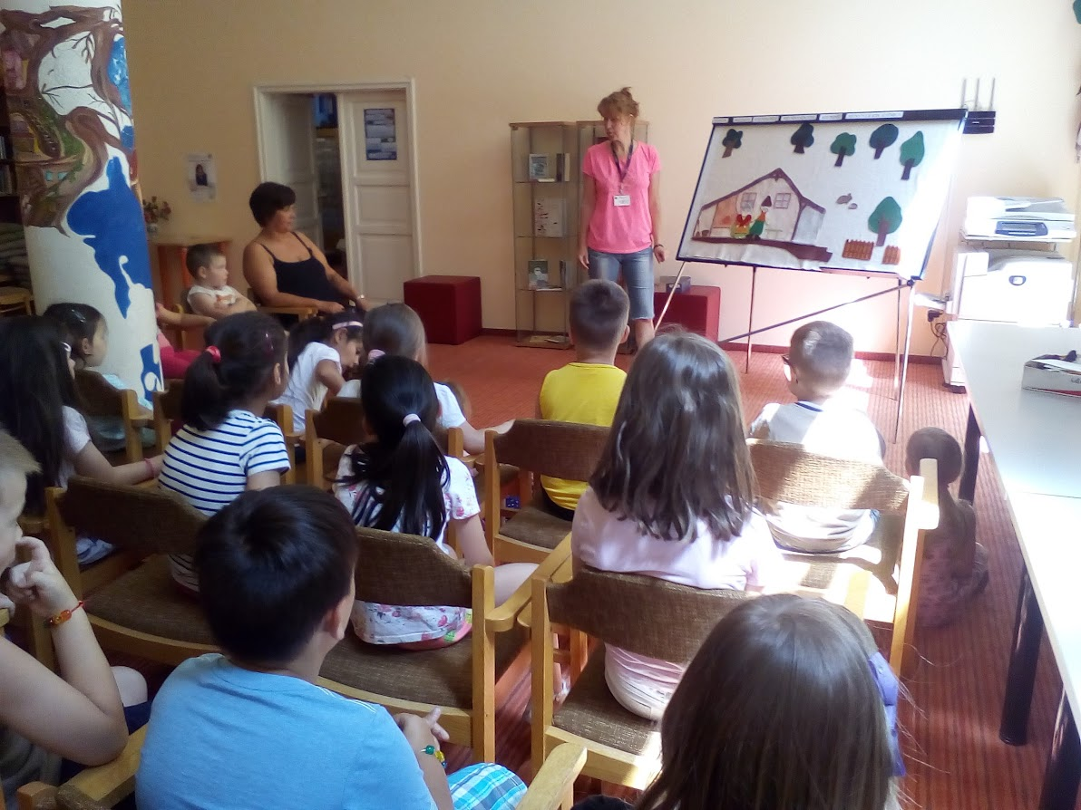 Tóth Karolina meseposztó foglalkozást mutat be a gyerekeknek