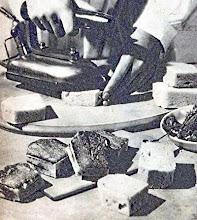 Photo: A finom, szeletekre vágott fehérkenyeret legkényel-mesebben és legszebben villanyvasalóval piríthat-juk.  - Robienie toastów przy pomocy żelazka elektrycznego.