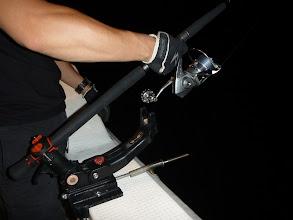 Photo: さすがにずっと手持ちが大変だったので、竿受けにセット! スピニングリールの置き竿。 ・・・ジギングのとき、だれかやるかも。