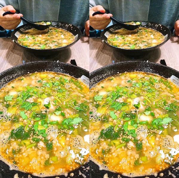 【剛啜第一口湯,整個人眼睛就亮起來了!】  初訪餐點: 🐥香濃雞湯泡飯+脆米$158 一入口就是一陣雞肉的清香,口味偏淡,裡頭有很多切成小片易入口的菜,及些許的香菜,雞肉Q彈新鮮,加了炸過的脆米一起