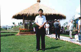 Photo: CHN-UR02 Vetiver thatched roof in a Park in China. Xia Hanping - 2003 Vetiver Champion